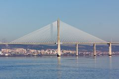 Upphängning Vasco da Gama Bridge i Lissabon Royaltyfri Fotografi