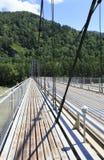 Upphängningbro över bergfloden Katun. Altai. Royaltyfria Foton