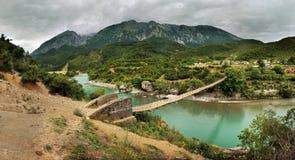 Upphängningbro över floden Vjosa, Albanien Royaltyfria Bilder