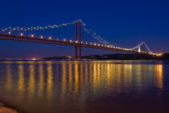 Upphängningbro över Tagus River på natten Royaltyfria Foton