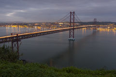 Upphängningbro över Taguset River i Lissabon Arkivfoton