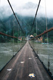 Upphängningbro, bro till och med skogen Fotografering för Bildbyråer
