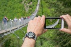 Upphängningbro för gångare i Hunsrà ¼ ck i Tyskland Fotografering för Bildbyråer