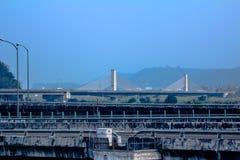 Upphängningbro från avstånd Arkivbild