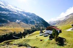 Upphängningbro i AutumnRofen i Oetztal, Tyrol (Österrike) Royaltyfri Bild