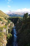 Upphängningbro i AutumnRofen i Oetztal, Tyrol (Österrike) Royaltyfri Foto