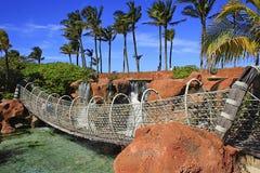 Upphängningbro i den Atlantis semesterorten i Nassau, Bahamas Arkivfoton