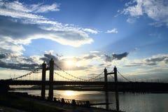 Upphängningbro i den sena fördunklade aftonen Arkivfoton