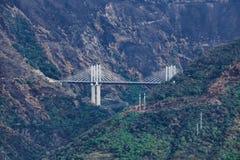 Upphängningbro i italienska berg Royaltyfri Foto