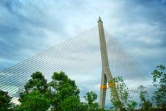 Upphängningbro i molnig dag Arkivbild