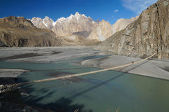 Upphängningbro i nordliga Pakistan Royaltyfri Bild