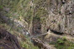 Upphängningbro nära botten av klyftan Fotografering för Bildbyråer