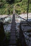 Upphängningbro på den Annapurna strömkretsen Royaltyfri Foto