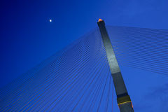 Upphängningbro på natten Arkivfoto