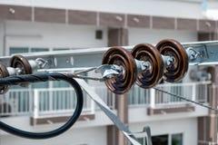 Upphängningisolatorer för elektrisk tråd på den elektriska stolpen royaltyfria foton