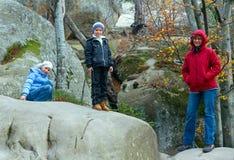 Upphöjda stenar i höstskog och familj Royaltyfria Bilder