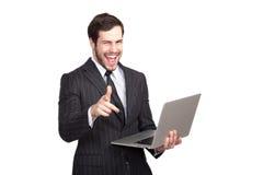 Upphetsad affärsman med en bärbar dator arkivbild