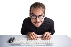 Upphetsad affärsman som använder datoren och bär exponeringsglas Arkivfoto