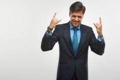 Upphetsad affärsman som firar framgång som isoleras på vit backg arkivbild