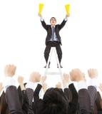 Upphetsad affärsman som skriker med framgångaffärslaget Arkivbild