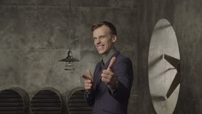 Upphetsad affärsperson som lyckligt gör en gest arkivfilmer