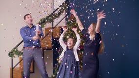 Upphetsad familj som firar jul med firecrackeren arkivfilmer
