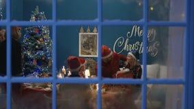 Upphetsad familj som utbyter med gåvor på jul stock video