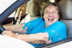 Upphetsad hög kvinna som kör den nya bilen Royaltyfria Bilder