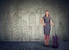 Upphetsad kvinna med bagage som är klart att resa Royaltyfri Foto
