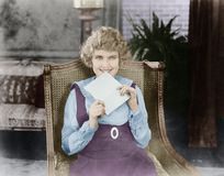 Upphetsad kvinna med bokstaven (alla visade personer inte är längre uppehälle, och inget gods finns Leverantörgarantier att det s royaltyfri fotografi
