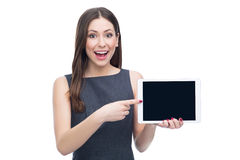 Upphetsad kvinna med den digitala minnestavlan Royaltyfri Foto