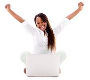 Upphetsad kvinna med en bärbar dator Arkivbild
