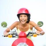 Upphetsad kvinna på den lyckliga sparkcykeln Royaltyfria Foton