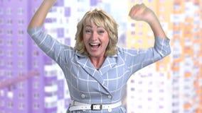 Upphetsad kvinna som firar seger arkivfilmer