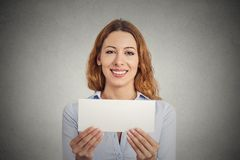 Upphetsad kvinna som visar det tomma tomma tecknet för pappers- kort med kopieringsutrymme Royaltyfri Foto