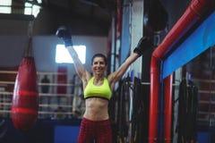 Upphetsad kvinnlig boxare som poserar efter seger arkivbild