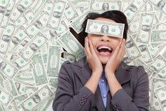 Upphetsad ligga för affärskvinna på pengar arkivfoto