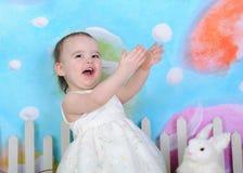 Upphetsad litet barnflicka på easter Royaltyfria Foton