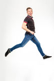 Upphetsad lycklig banhoppning och spring för ung man Arkivbild