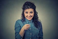 Upphetsad lycklig kvinna som ler och att skratta och att peka fingret in mot dig Arkivbild