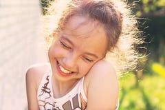 Upphetsad lycklig liten flicka Gulligt le för preteenflicka som är jätteglat, Royaltyfri Bild