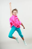 Upphetsad lycklig liten flickaungebanhoppning för glädje royaltyfri foto