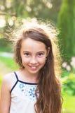 Upphetsad lycklig liten unge Gulligt tonårigt le för flicka som är jätteglat på s royaltyfri foto