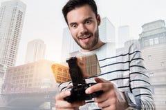 Upphetsad lycklig man som ser skärmen av hans smarta telefon Arkivfoton