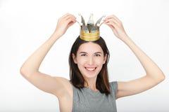 Upphetsad lycklig seende kvinna som bär en handgjord prinsessakrona Closeupen av den lyckliga asiatiska caucasian kvinnliga model royaltyfria foton