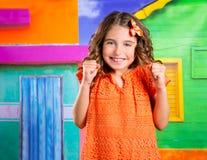 Upphetsad lycklig uttrycksbarnflicka i en tropisk husvacat Royaltyfria Foton