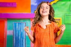 Upphetsad lycklig uttrycksbarnflicka i en tropisk husvacat royaltyfria bilder