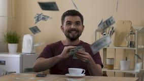 Upphetsad man som fångar lyckligt pengar falla från himmel som gör förmögenhet, arv lager videofilmer