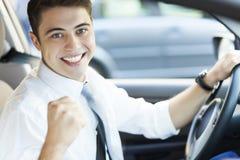 Upphetsad man som kör en bil royaltyfria bilder