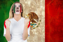 Upphetsad Mexiko fan i framsidamålarfärgbifall Arkivbild